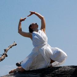 Bazą do działań jest taniec Kathak z jego elementami składowymi: rytmem wytupywanym stopami, eleganckimi ruchami rąk, obrotami i przede wszystkim wyrażaniem emocji za pomocą mimiki twarzy i gestów dłoni.