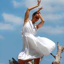 ?Gest kierowany emocją pojawiającą się wraz z konkretnym wyobrażeniem, rytm podkreślany tupnięciami stóp, głośno wypowiadana lub nucona sylaba, płynne, przestrzenne kroki taneczne??