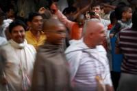 Tańce w świątyni ISKCON mało mają wspólnego z tym, co dzieje się na zewnątrz świątyni, podczas święta Holi