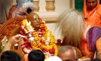 Posąg Srila Prabhupada (1896- 1977) ,fundatora ISKCON, udekorowany girlandami kwiatów.