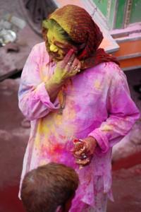 Kolorowy pył dostaje się wszędzie, kolor schodzi po ok tygodniu