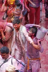 Piękna tradycja pod wpływem alkoholu i odurzenia często przybiera formę zabawy kosztem innych