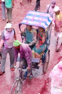 Mieszkańcy próbujący dotrzec do domu ze świątyni