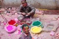 Kolorowe proszki sprzedaje się na kilogramy