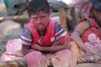 Chłopiec z rodziny mieszkającej na ulicy