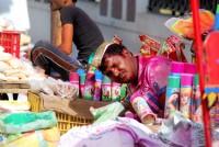 Sprzedawca barwiących na różowo i zielono chemicznych pianek